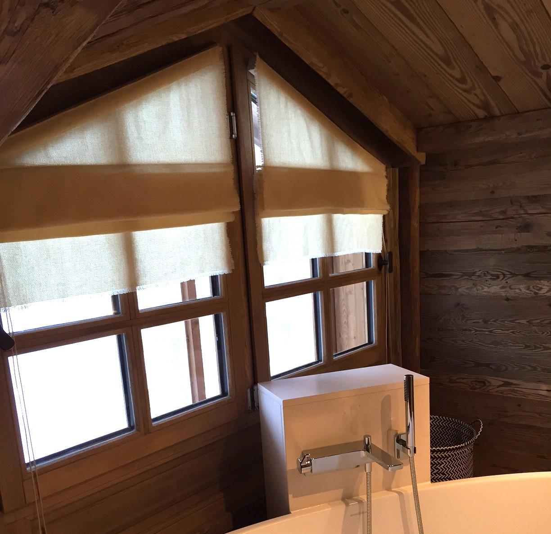 Stores confectionnés pour une salle de bains